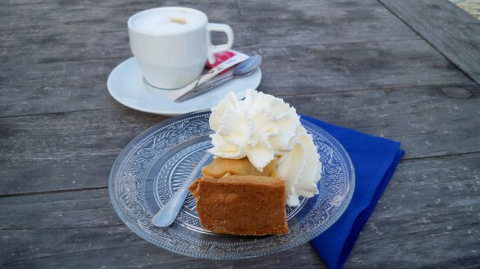 Apfelkuchen mit Schlagsahne im Strandpavillon ┬® weltvermessen.de