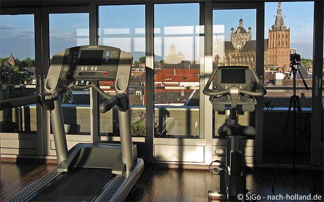 Fitness-Raum mit Aussicht im Hotel Central