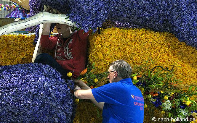 Blumenstecken für den Blumenkorso