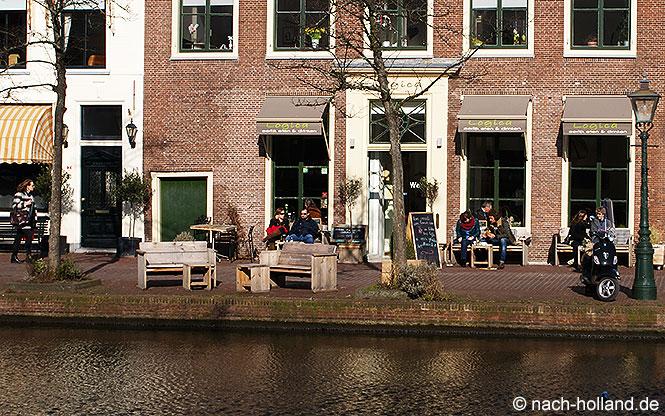 In der Sonne sitzen vor einem Café in Leiden