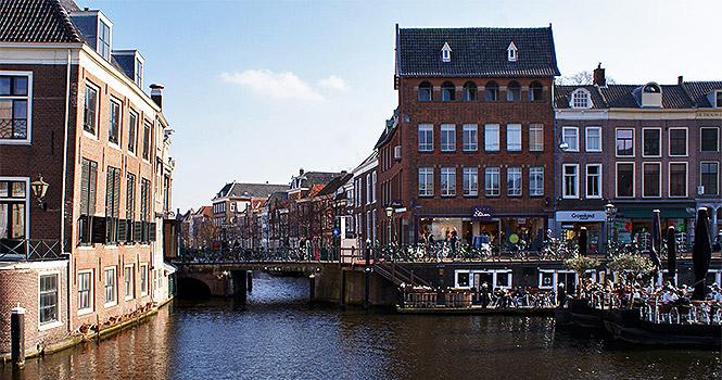 Eine Gracht in der Stadt Leiden