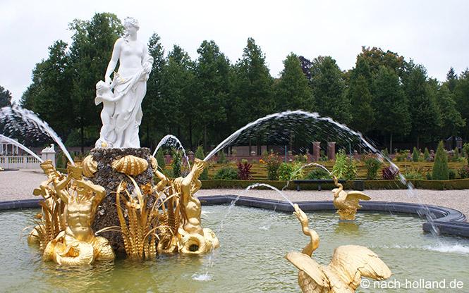 Ein Brunnen im Garten von Paleis Het Loo