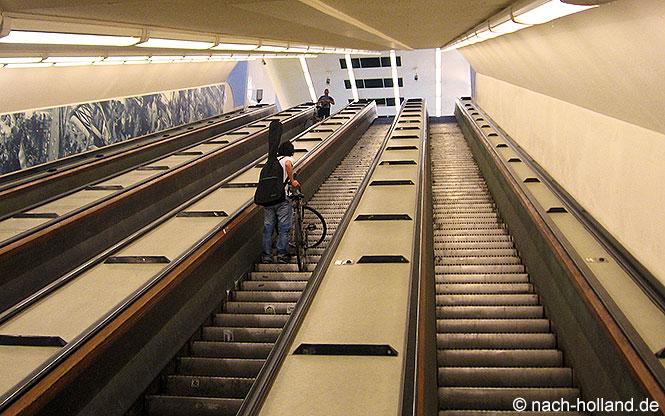 Mit den hölzernen Rolltreppen geht es vom Fahrradtunnel wieder hinauf