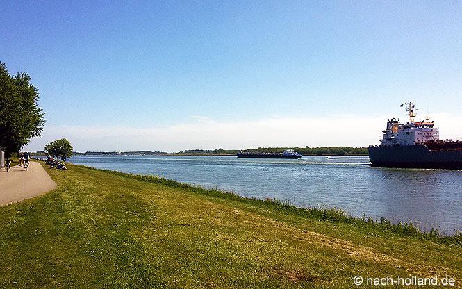 Frachtschiffe auf der Oude Maas