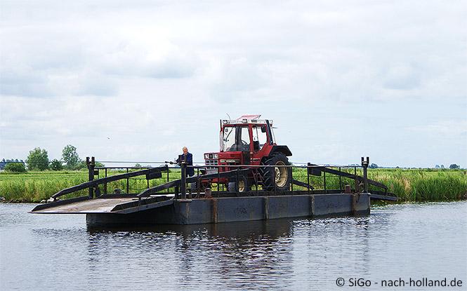 Transport eines Traktors übers Wasser