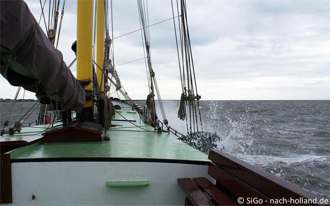 Spritzende Gischt beim Segeln auf dem Wattenmeer