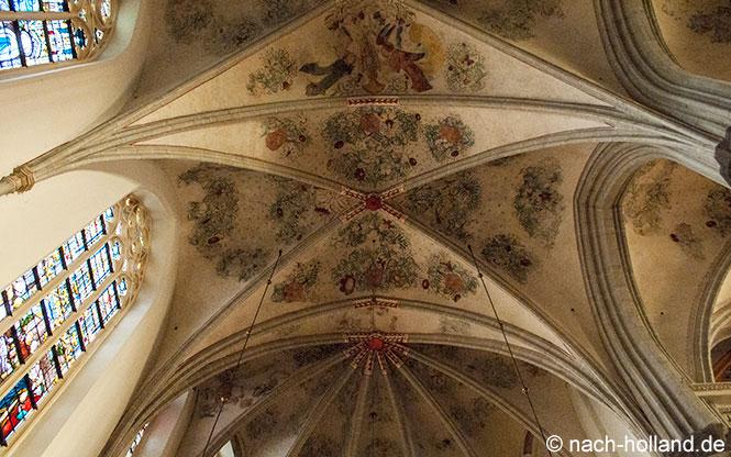Bemaltes Deckengewölbe in der St. Martinuskirche in Weert