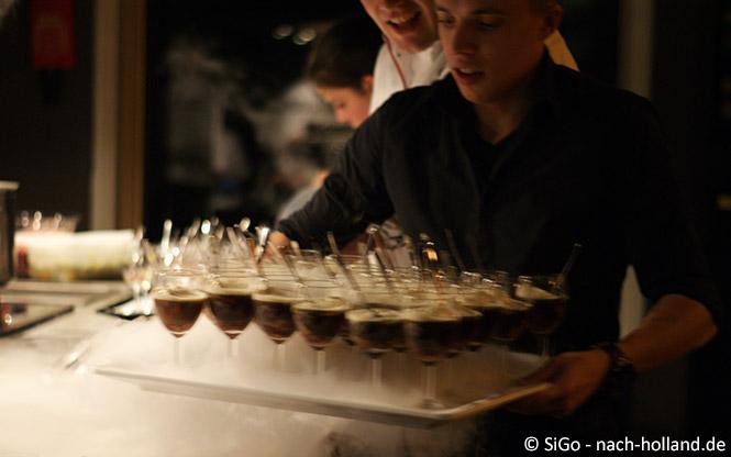 Wildessen, Steinpilz Bouillon serviert mit Nebel von Trockeneis