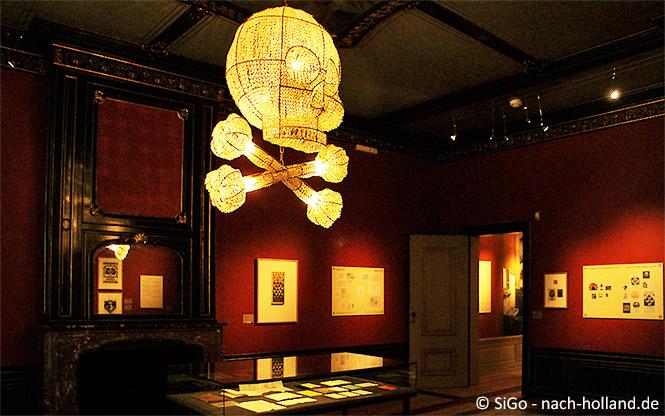 """Kronleuchter """"Totenkopf"""" im Museum Escher in het Paleis"""